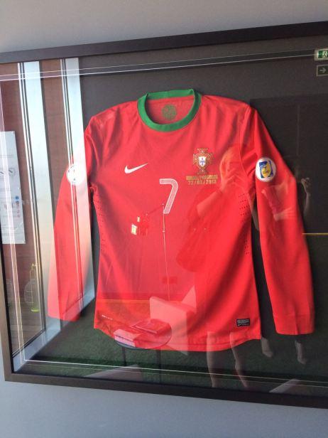 Trikot von Cristiano Ronaldo im Flur des CR7 Hotel auf Madeira