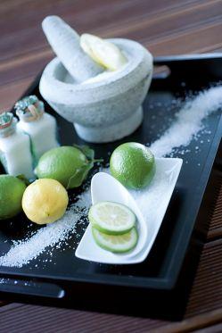 Limetten Salz Peeling Wellness Anwendung im Hotel