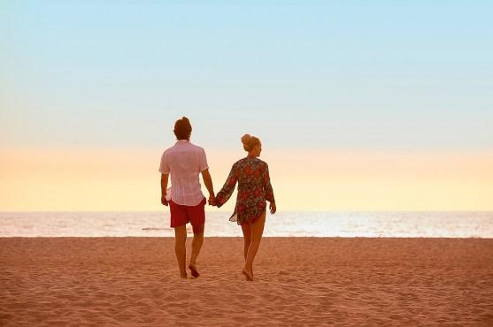 Paar am Strand Kapverden Wellnessurlaub