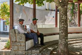 Alte Männer auf Bank Monchique