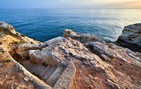 Steintreppe zum Strand Algarve in Portugal