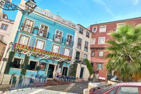 Kleiner Platz mit Restaurant Alfama Lissabon