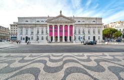 Gebäude und gemustertes Pflaster in Lissabon
