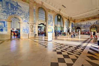 Kunstvoller Innenraum Bahnhof in Porto