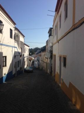 Häuser im Ort Aljezur an der Rota Vicentina