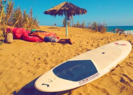 Surfboard am Strand in Portugal Surfurlaub