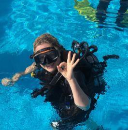 Taucher im Pool OK Zeichen Porto Santo