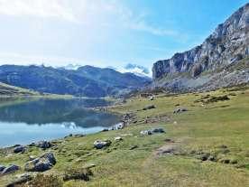 See, Wiese und Berge in Asturien