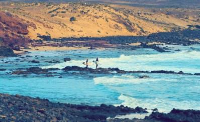 Surfer auf dem Weg in die Wellen Cofete Fuerteventura