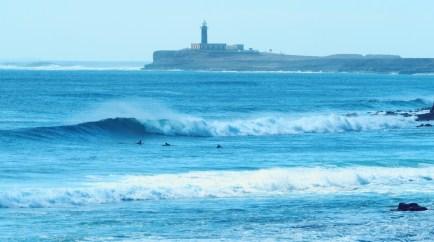 Blick auf Surfer und Leuchtturm in Bucht Cofete Fuerteventura