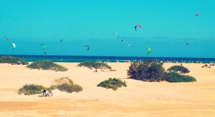 Strand und Kitesurfer im Hintergrund auf Fuerteventura