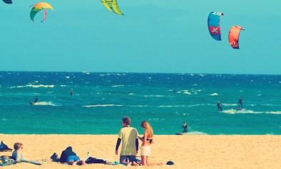 Kitesurfer im Wasser und am Strand Fuerteventura