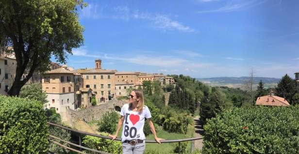 Frau vor Toskana Landschaft und blauem Himmel