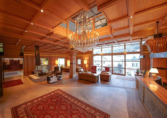 Eingangshalle des Adler Dolomiti Spa & Sport Resort
