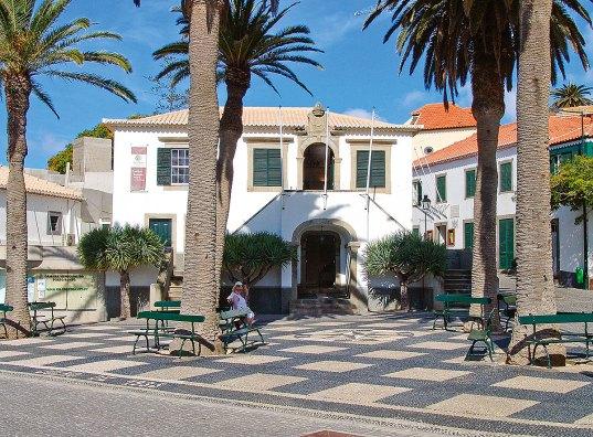 Haus Palmen und Bänke in Vila Baleira Porto Santo