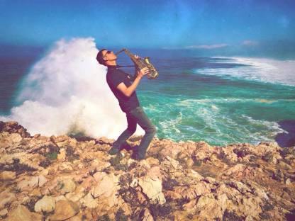 Saxophonspieler am Meer