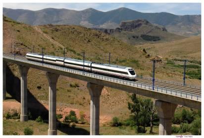 Schnellzug auf Brücke Andalusien