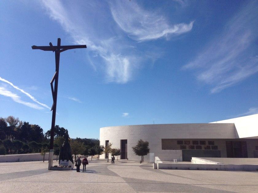 Kreuz und Kirche Fátima