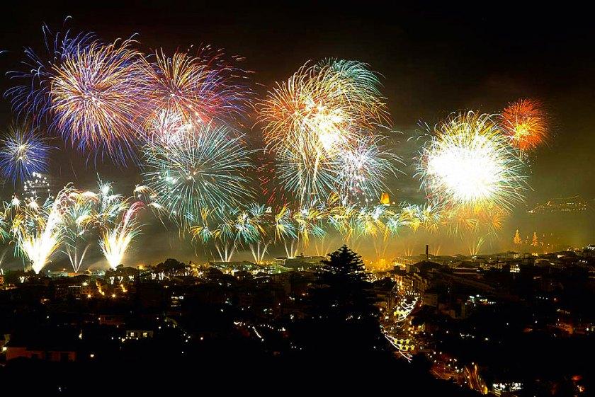 Madeira Feuerwerk über dem Hafen