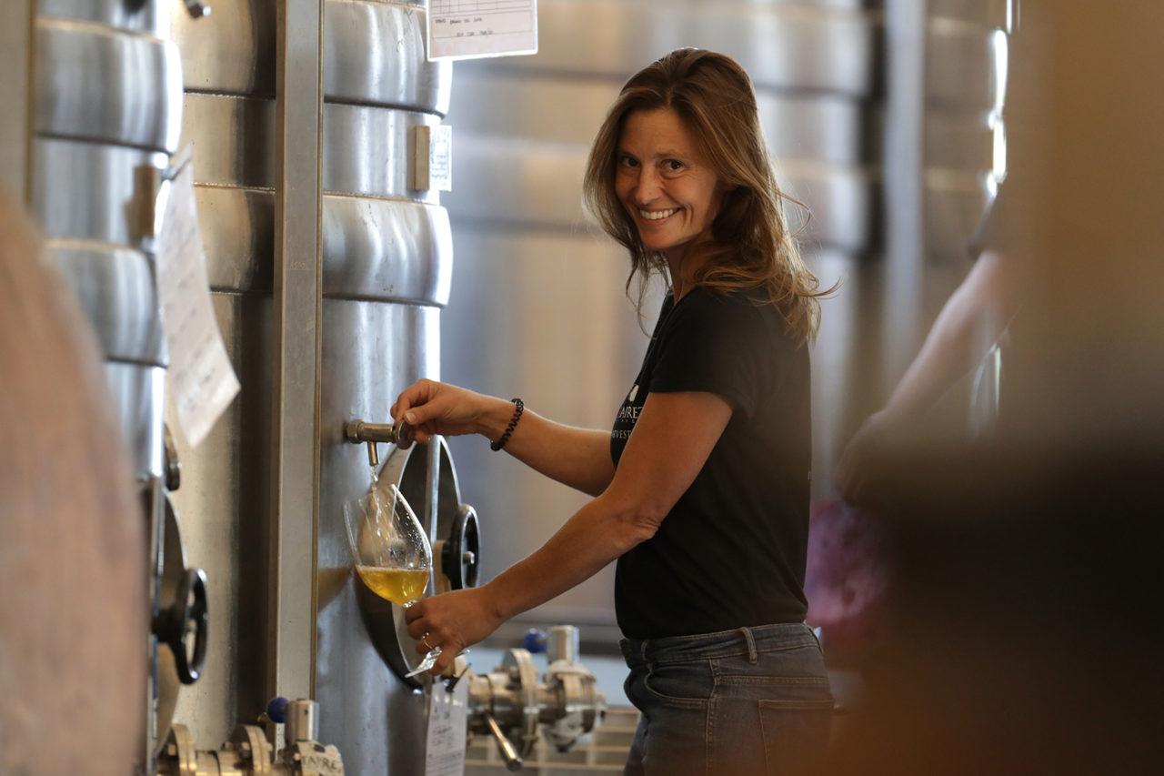 Alexandra Leroy Maçanita beim Weinausschank