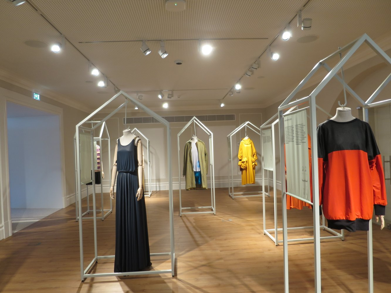 Portugiesische Designermode im Fashion & Fabric Museum