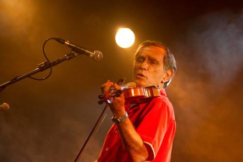 O cantor e compositor Jorge Mautner faz show em Olinda, com participação do cantor e percussionista pernambucano, Otto, do sábado (06) para o domingo (07) às 00h30 na Praça do Carmo. Foto: MIMO Festival/Divulgação
