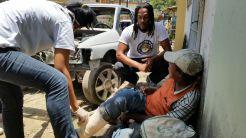 Atendimento realizado pela equipe do Programa Consultório na Rua, no bairro dos Bultrins. Foto: Secretaria de Saúde de Olinda