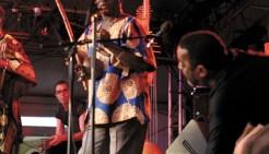 Turnê do projeto Berimbau-Ungu pela África do Sul em 2004, com Naná Vasconcelos e Kituxi. Foto: Divulgação