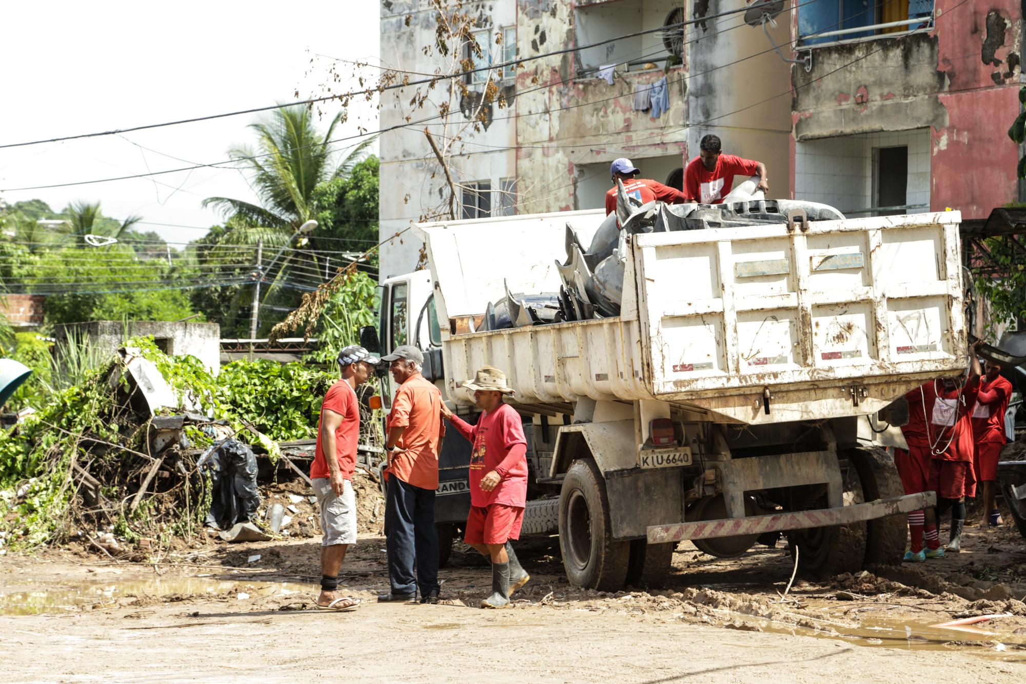 Recolhimento das carcaças em Jardim Atlântico. Foto: Jorge Pereira/Pref.Olinda