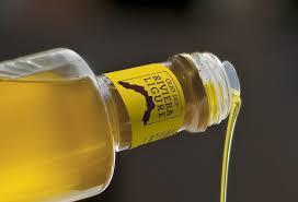 bottiglia con logo e olio che scorre orizzontale