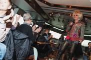Olivia Jones begrüßt ihre Hafenrundfahrt-Gäste mit Zoten und Anekdoten