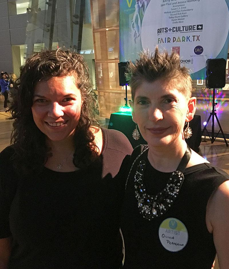 La curadora de la exposición Leslie Moody Catro y yo, en la inauguración de Texas Vignette 2019 en The Women's Museum de Dallas, Texas.