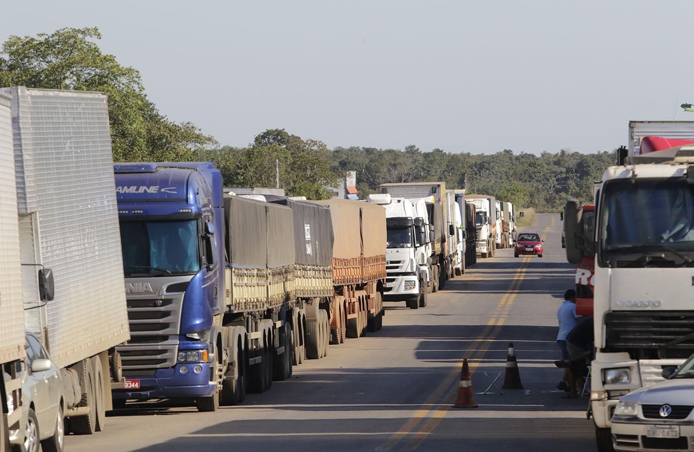 Resultado de imagem para BR-163: 8 mil caminhões estão parados em bloqueio em Mato Grosso