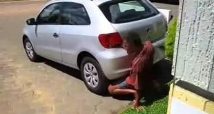 Homem é flagrado fazendo sexo com escapamento de carro