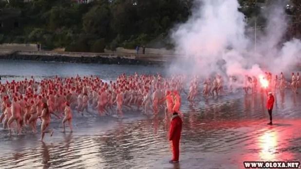 Centenas de australianos mergulham nus para celebrar o inverno