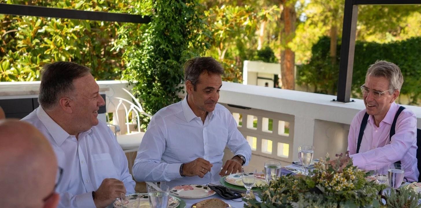 Επίσκεψη Πομπεο: Μας έκανε ρεζίλι ο Μητσοτάκης σε όλη την υφήλιο – Παράτησε τη μάσκα του πάνω στο πιάτο που θα έτρωγε