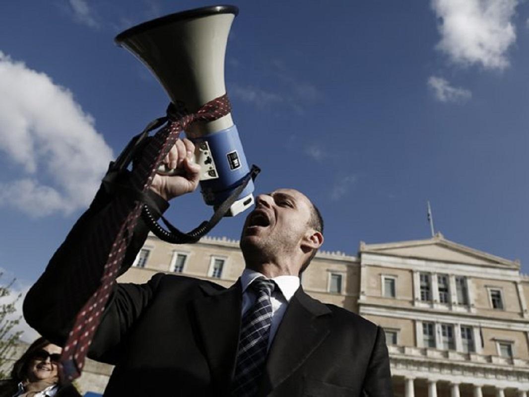 """Βερβεσός Επίδομα 400 ευρώ: """"Το κίνημα της γραβάτας θα ξαναβγεί στον δρόμο"""" – Η κυβέρνηση θίγει την αξιοπρέπεια του κλάδου (Βίντεο)"""