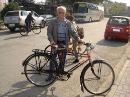 Ανεκδοτάκι: Ο παππούς με το ποδηλατο έξω από τη Βουλή