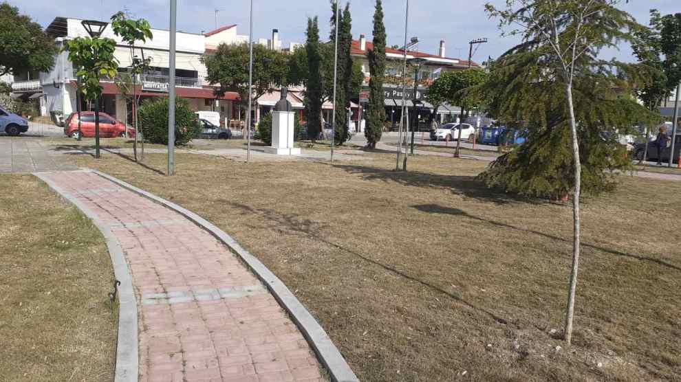 Δήμος Κατερίνης   Καθαρισμός & συντήρηση πρασίνου στις πλατείες Κοκκινοπλιτών, Ηπείρου & στον οικισμό Ανδρομάχης