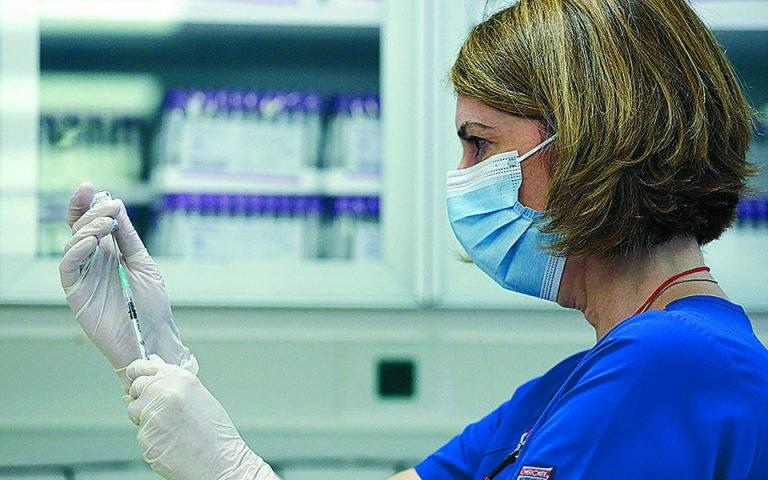 Ανατροπή στους εμβολιασμούς | Στα νοσοκομεία οι εμβολιασμοί των άνω των 85 - Τι θα γίνει με τα 1.018 εμβολιαστικά κέντρα;