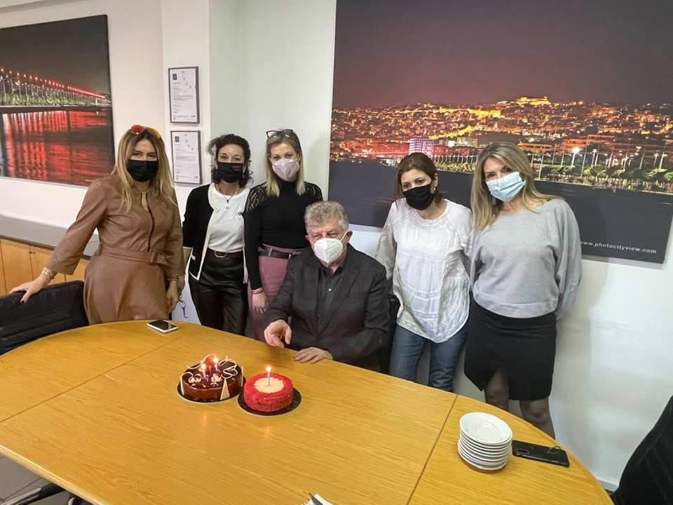 """Στα 63 ο Κωνσταντόπουλος με τούρτες - """"έκπληξη"""" στα γραφεία της Εγνατίας"""