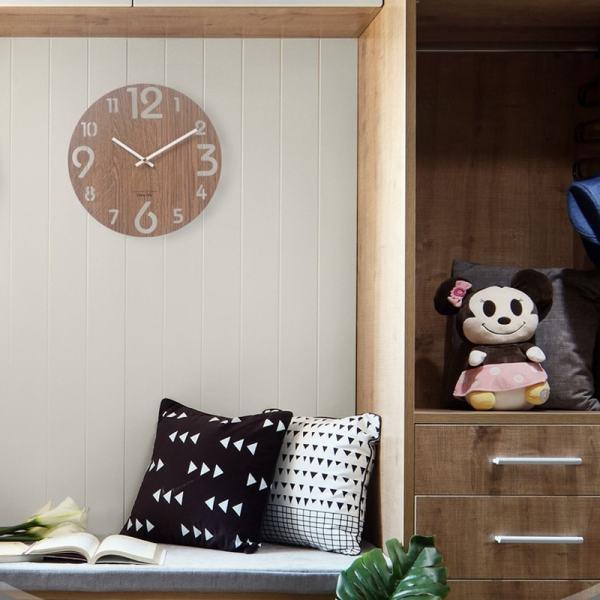 Horloge en bois foncé style nordique décoration chambre