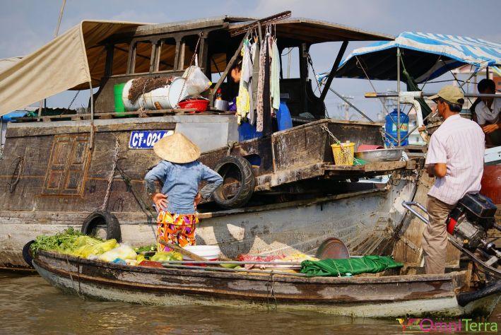 Vietnam - Cantho - Vendeurs sur l'eau