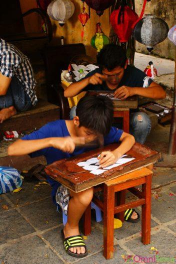 Vietnam - Hoi An - Enfant et sculpture sur bois