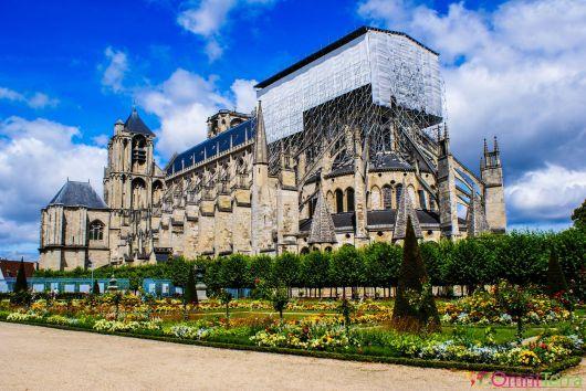 Bourges - Cathédrale de Bourges - Vue du jardin