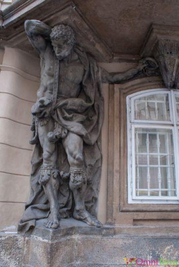 Prague-Mala-Strana-rue-Nerudova-Atlantes