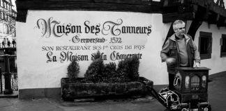 Strasbourg-Petite-France-Joueur-dorgue-de-barbarie