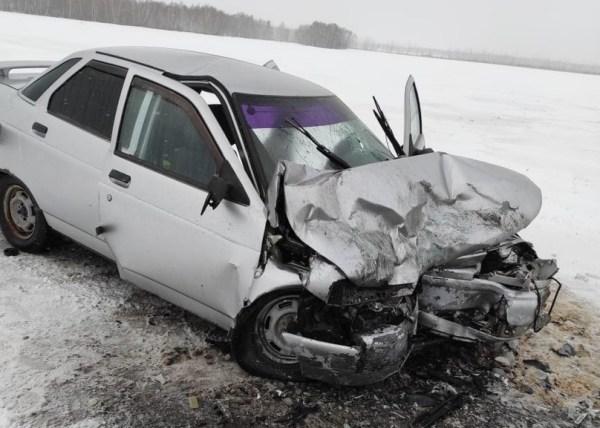 В лобовом ДТП на омской трассе пострадали две девушки