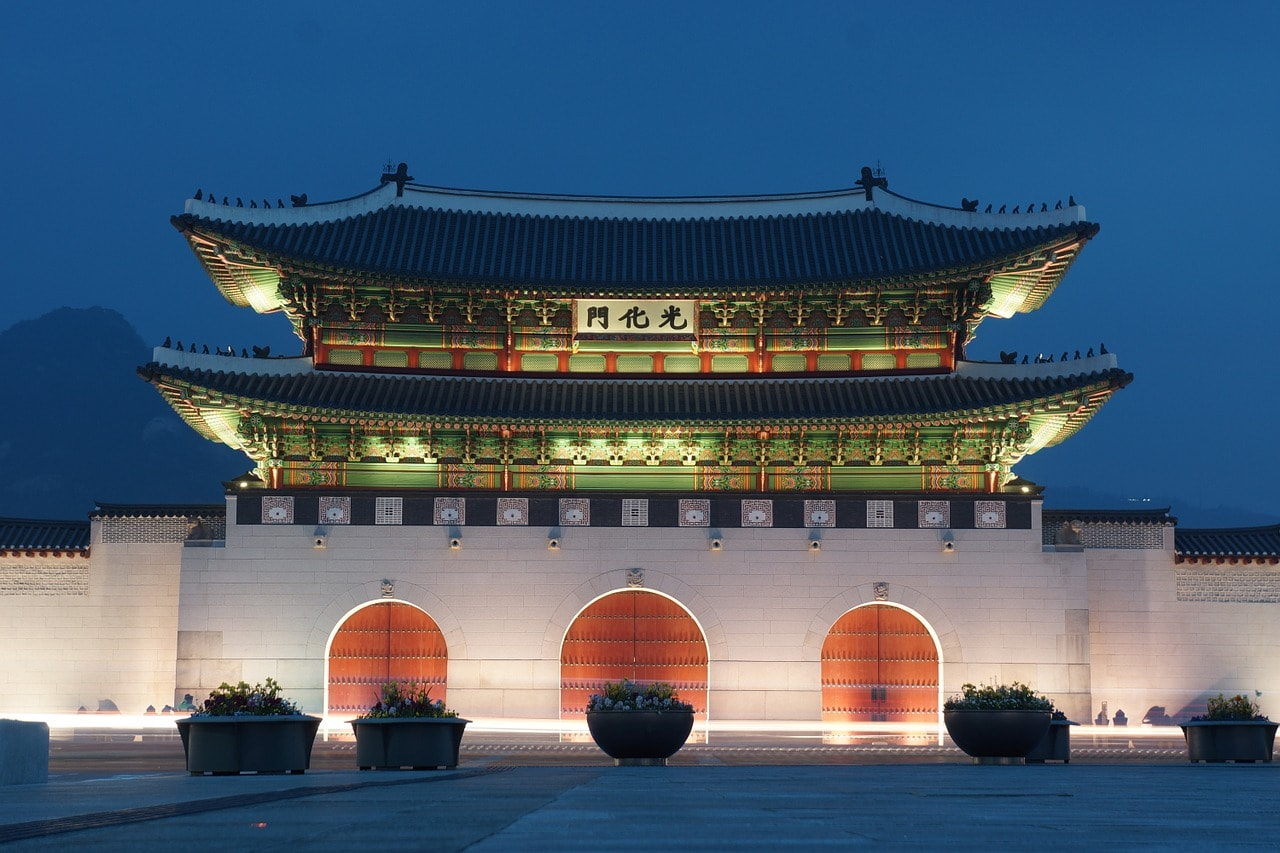 Gwanghwamun is the entrance to Gyeongbokgung