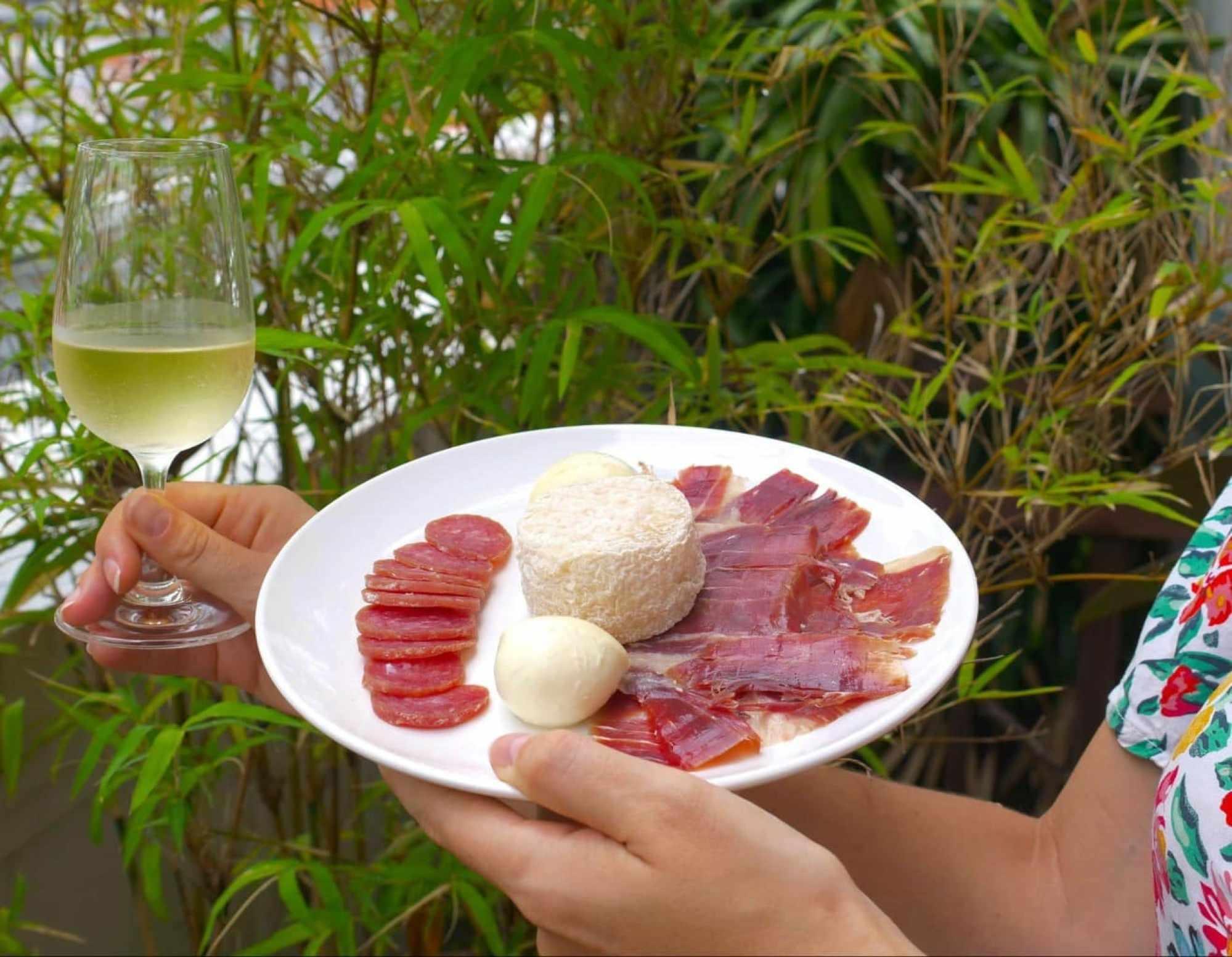 Ham, mozzarella and goat cheese with Friulano wine